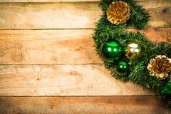 在木头的圣诞节花圈 库存照片