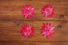 在木头的圣诞节装饰,红色秸杆担任主角 库存图片