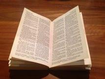 在木头的圣经 免版税图库摄影