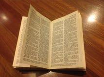 在木头的圣经 库存照片