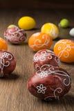 在木头的复活节彩蛋 免版税图库摄影