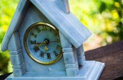 在木头的大理石时钟 免版税图库摄影