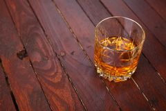 在木头的威士忌酒 库存图片