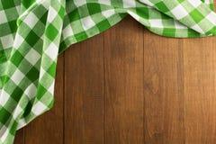 在木头的布料餐巾 免版税库存照片