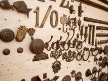 在木头的很多勾子 免版税库存照片