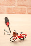 在木头的微型自行车和维护工具 库存照片