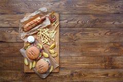 在木头的快餐顶视图 汉堡包、热狗和油炸物 库存图片