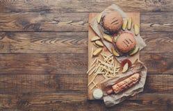 在木头的快餐顶视图 汉堡包、热狗和油炸物 库存照片