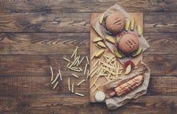 在木头的快餐顶视图 汉堡包、热狗和油炸物 免版税库存照片