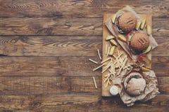 在木头的快餐顶视图 汉堡和油炸物 免版税库存照片