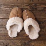 在木头的拖鞋 免版税库存照片