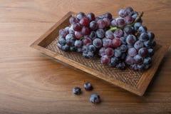 在木头的新鲜的葡萄 免版税库存图片