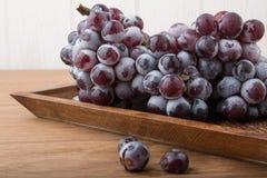 在木头的新鲜的葡萄 库存图片