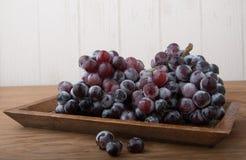在木头的新鲜的葡萄 库存照片