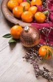在木头的新鲜的蜜桔 图库摄影