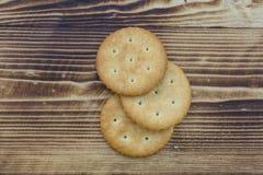 在木头的曲奇饼 免版税库存图片