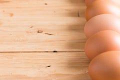 在木头的有机鸡蛋 新鲜的鸡蛋 免版税库存图片