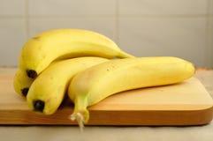 在木头的未加工的香蕉 免版税库存照片