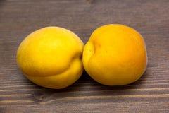 在木头的杏子 免版税库存照片