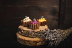 在木头的杯形蛋糕 免版税库存照片