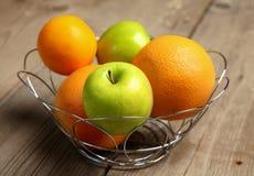 在木头的果子 生物健康食物、草本和香料 免版税库存照片