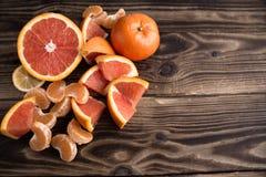 在木头的橙色普通话红色 免版税库存照片