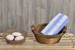 在木头的毛巾 图库摄影