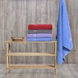 在木头的毛巾 免版税图库摄影