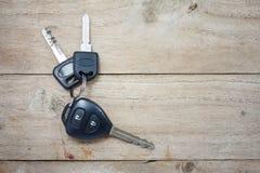 在木头的汽车钥匙 免版税库存照片