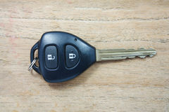 在木头的汽车钥匙 免版税库存图片