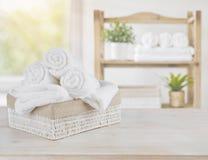 在木头的温泉毛巾在抽象美容院室背景 库存图片