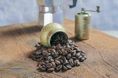在木头的溢出的咖啡豆 免版税图库摄影