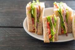 在木头的火腿三明治 免版税图库摄影