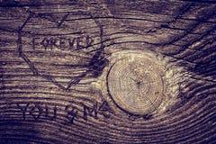 在木头的爱消息 图库摄影