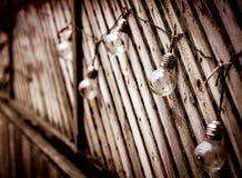 在木头的爱迪生电灯泡 免版税库存图片