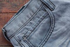 在木头的牛仔裤 库存照片