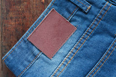 在木头的牛仔裤 库存图片