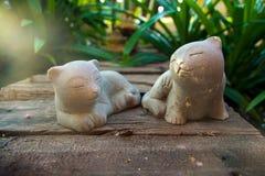 在木头的猫石头 免版税库存图片
