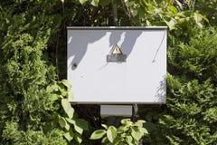 在木头的电箱子 免版税库存照片