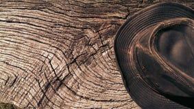 在木头的皮革澳大利亚牛仔帽 库存图片