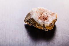 在木头的碧玉石头 库存照片
