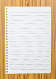 在木头的笔记本纸 库存图片