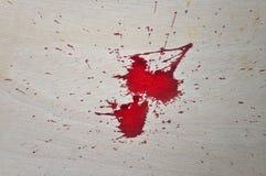 在木头的红色血液 免版税库存照片