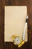 在木头的纸羊皮纸和墨水笔 库存照片