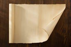 在木头的羊皮纸纸卷 图库摄影