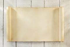 在木头的羊皮纸纸卷 免版税库存图片