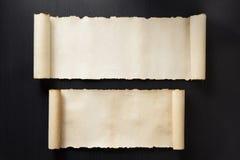 在木头的羊皮纸纸卷 库存图片