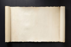 在木头的羊皮纸纸卷 免版税库存照片