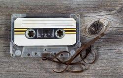在木头的老盒式磁带 免版税图库摄影