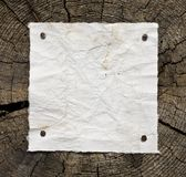 在木头的老纸张 库存图片